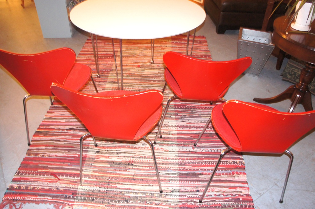 Arne Jacobsen Series 7 Chairs in ash wood, red. Fritz Hansen 1981.